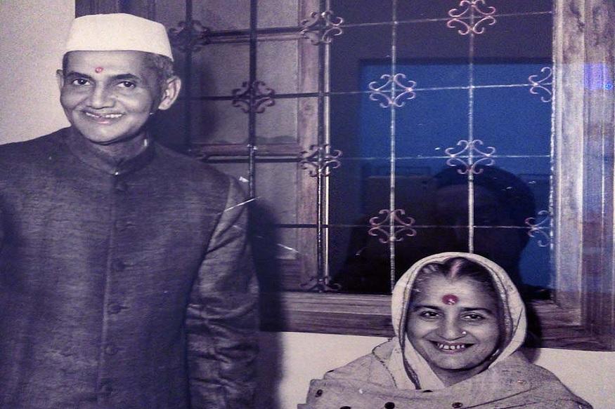 ऐसा कहा जाता है कि लाल बहादुर शास्त्री की मृत्यु के बाद पंजाब नेशनल बैंक ने कार के लिए दिए कर्ज को वापस लेने के लिए उनकी पत्नी ललिता शास्त्री को लिखा था. उनकी पत्नी ने अपनी पेंशन से कार की सारी किस्तें लौटा दी थी. 11 जनवरी 1966 को उज्बेकिस्तान के ताशकंत में लाल बहादुर शास्त्री का निधन हो गया था