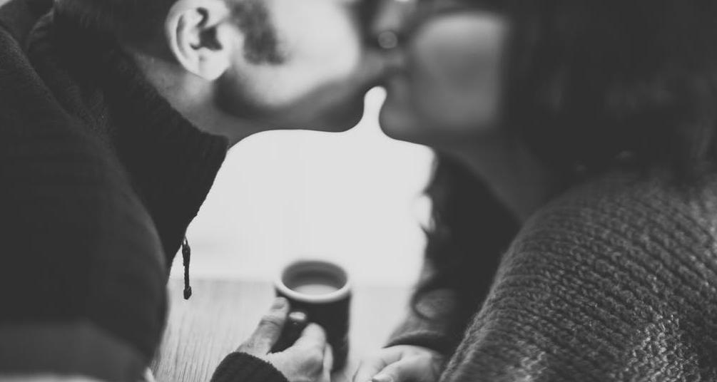 Lingering Kiss – जब लिप टू लिप किस लंबे समय तक के लिए हो उसे लॉन्जरिंग किस कहते हैं. अगर आपका पार्टनर आपको ये किस कर रहा है तो जान लें कि उसके अंदर आपके लिए उमंग और जोश भरा है.