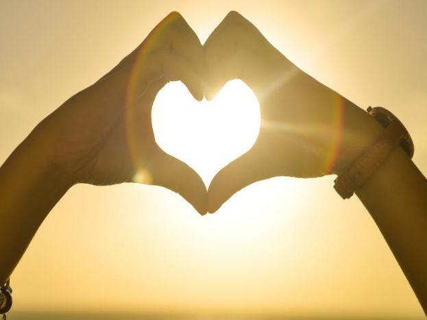 अपने पार्टनर के लिए एक रोमांटिक डेट प्लान करें जिससे उसे खुशी मिल सके.