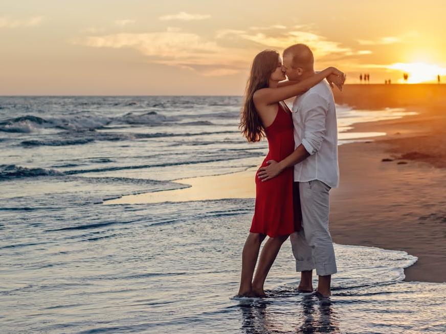 Single Lip Kiss – ये किस दर्शाता है कि आप दोनों ही पार्टनर एक दूसरे में किस तरह रमे हुए हैं.
