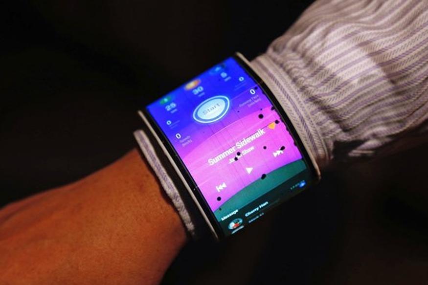 Lenovo CPlus: इस स्मार्टफोन को फोल्ड करके आप अपनी कलाई पर पहन सकते हैं. इसकी स्क्रीन काफी बढ़ी है. यह स्मार्टफोन रिमोर्ट कंट्रोल की तरह दिखता है. इसे स्मार्टफोन को आप कलाई पर घड़ी की तरह भी बांध सकते हैं. इस फोन के इंटरफेस को यूजर्स अपने हिसाब से चेंज कर सकते हैं.