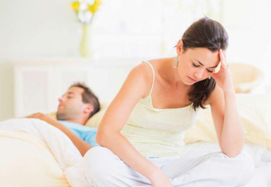 आजकल के भाग दौड़ वाली ज़िन्दगी में रिश्ते पीछे छूट रहे हैं. आपके पास न तो घर के बूढ़े-बुज़ुर्गों के लिए समय है, ना ही ठीक से बच्चों पर ध्यान दे पा रहे हैं. समय का अभाव पति-पत्नी के रिश्ते पर भी साफ दिख रहा है. एक दूसरे से बात तक करने की फुर्रसत नहीं मिल पाती. इससे उनकी सेक्सुअल लाइफ भी प्रभावित होती है. बेडरूम तक आते-आते दोनों इतने थक चुके होते हैं कि सीधे सोने चले जाते हैं. इन सब बातों से रिश्ते पर सीधा असर पड़ता है.