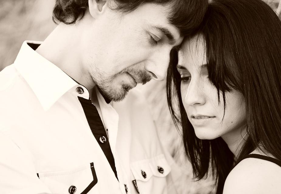 तनाव और बढ़ते वर्कलोड के कारण पति-पत्नी के पास इतना समय भी नहीं होता है कि सेक्स को बेहतर तरीके से एंजॉय कर सकें. ये मात्र औपचारिकता भर रह जाता है. इससे दोनों को संतुष्टि नहीं मिलती. ऐसे में ज़रूरी है कि एक दूसरे के साथ संवाद बढ़ाएं. जब भी मौका मिले एक दूसरे के साथ रोमांटिक बातें करें.
