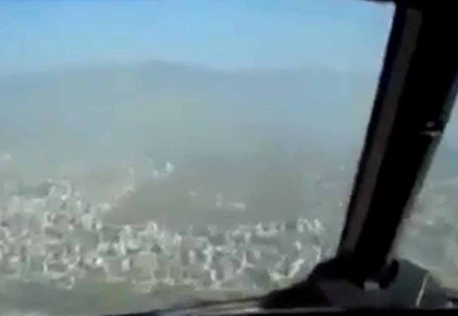 'मैं कह रहा हूं मुड़िए...!' ये एयर ट्रैफिक कंट्रोल के रेडियो की आवाज़ थी, जो नेपाल के काठमांडू में क्रैश हुए विमान में गूंज रही थी. इसके कुछ क्षणों बाद ही विमान रनवे पर दुर्घटनाग्रस्त हो गया.