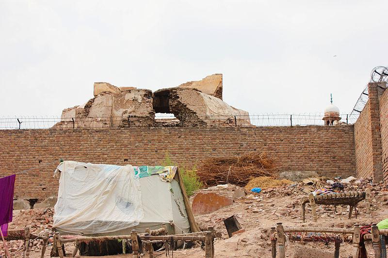 प्रह्लादपुरी मंदिर (पाकिस्तान): ये मंदिर पाकिस्तान के मुल्तान शहर में था. कहा जाता है कि इसे हिरन्यकश्यप के बेटे भक्त प्रह्लाद ने नरसिंह अवतार के सम्मान में बनवाया था. लेकिन 1992 में जब भारत में बाबरी मस्जिद तोड़ी गई, उसके असर के रूप में पाकिस्तान के लोगों ने यह प्राचीन हिंदू मंदिर नष्ट कर दिया.