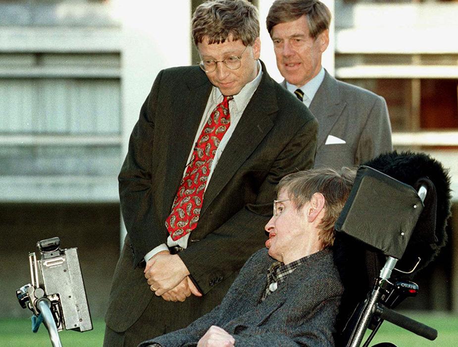आधुनिक विज्ञान के पोस्टर बॉय माने जाने वाले, दुनिया के सबसे मशहूर वैज्ञानिक स्टीफन हॉकिंग का 76 वर्ष की उम्र में निधन हो गया. हॉकिंग ने ब्लैक होल और बिग बैंग की थ्योरी को समझने में महत्वपूर्ण योगदान दिया. पूरी दुनिया इस वैज्ञानिक के दिमाग की कायल रही है. कई बड़ी हस्तियों ने उनके जीवनकाल में उनसे मुलाकात की. इस तस्वीर में माइक्रोसॉफ्ट के संस्थापक बिल गेट्स को आप स्टीफन हॉकिंग के साथ देख सकते हैं. (image credit:Reuters)