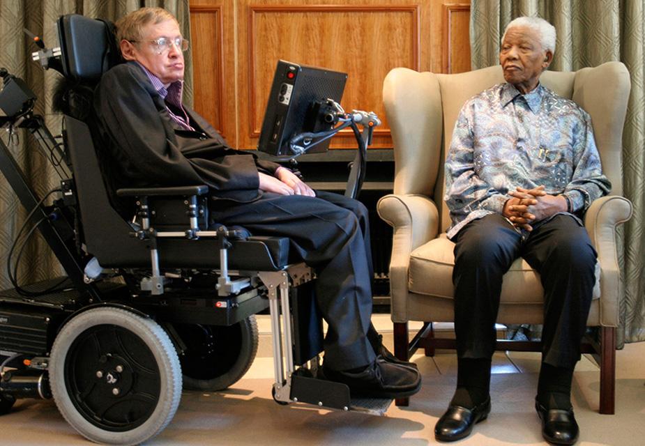 22 साल की उम्र में उन्हें मांसपेशियों और मस्तिष्क से जुड़ी बीमारी ALS यानी अमायोट्रोफिक लेटरल स्क्लेरोसिस हो गया. इससे उनके पूरे शरीर को लकवा मार गया और एक होनहार भावी वैज्ञानिक रातों-रात व्हीलचेयर पर आ गया. इस तस्वीर में स्टीफन हॉकिंग दक्षिण अफ्रीका के राष्ट्रपति नेल्सन मंडेला के साथ देखे जा सकते हैं जब उन्होंने यहां का दौरा किया था.(image credit:Reuters)