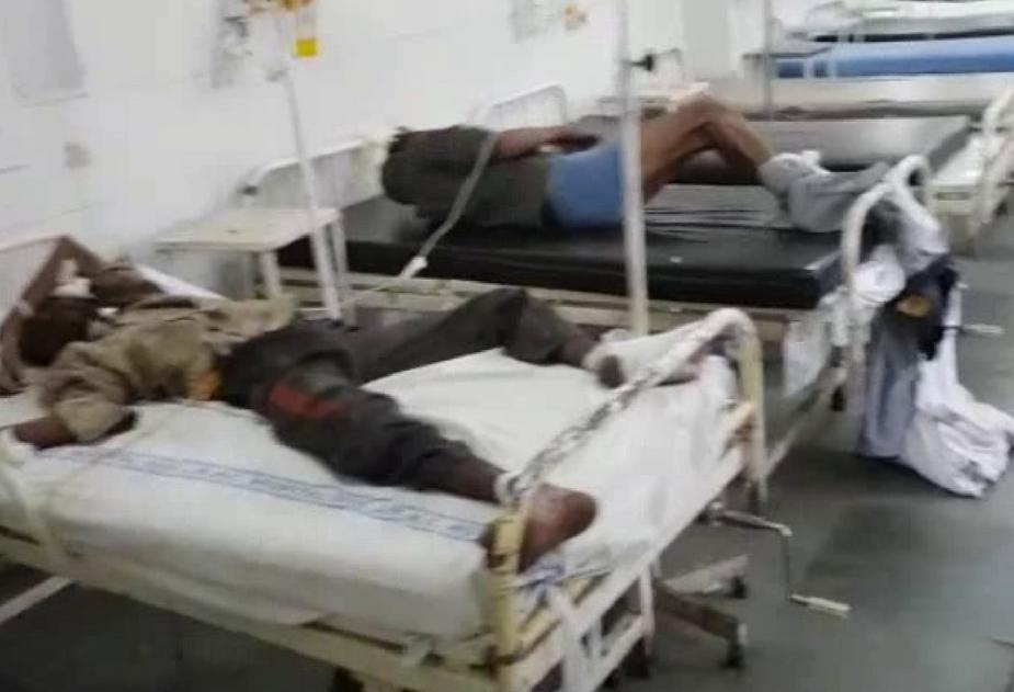 अस्पताल के स्टाफ ने खानापूर्ति करके दोनों घायलों को इमरजेंसी वार्ड में भर्ती कर लिया. इसके बाद दोनों घायल व्यक्तियों के साथ जो सलूक हुआ, उसे देखकर मानवता भी शर्मसार हो गई. डाॅक्टरों के कहने पर स्टाफ ने दोनों घायलों के हाथ-पैर बेड से बांध दिए.ड्रिप लगाकर वहां से चले गए. बेड पर दोनों ही मरीज तड़पते रहे, लेकिन उनको देखने और सुनने वाला कोई सामने नहीं आया.