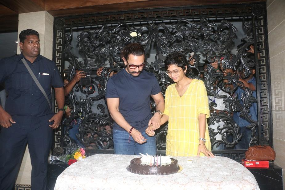 आज आमिर ने अपने इंस्टाग्राम अकांउट की भी शुरुआत की, आमिर खान इससे पहले ट्विटर पर मौजूद थे लेकिन अपनी मां की तस्वीर के साथ उन्होनें अपने इंस्टा अकाउंट को भी खोल लिया