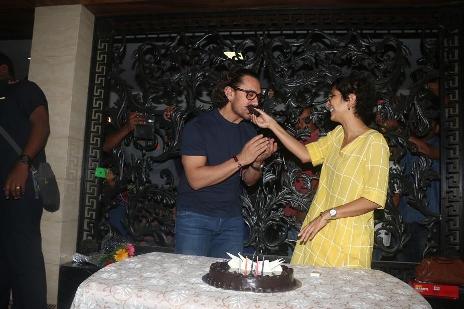 आमिर ने अपने इंस्टा अकांउट पर भी अपने बर्थ डे की तस्वीरें साझा की जिसमें वो अपनी पत्नी किरण राव के साथ नज़र आ रहे हैं