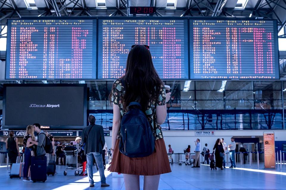 सबसे पहली बात तो ये कि एयरपोर्ट या फ्लाइट में कुछ परेशानी होने पर घबराएं नहीं, वहां काम करने वालों को आपकी मदद के लिए ही रखा गया है. कुछ भी पूछने के लिए हिचकिचाएं नहीं, एक बार क्या सौ बार पूछिए.