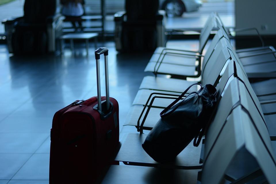 बैगेज रूल्स के मुताबिक बैग पैक करे. फ्लाइट में एक केबिन बैग (छोटा) अलाउ है और दो बड़े चेक-इन बैग एयरलाइन काउंटर पर देने होते है.अपने साथ नुकीली चीजे, हथियार, लाइटर, ब्लेड, जहरीली, रेडियोएक्टिव या एक्सप्लोसिव आइटम्स न रखें.