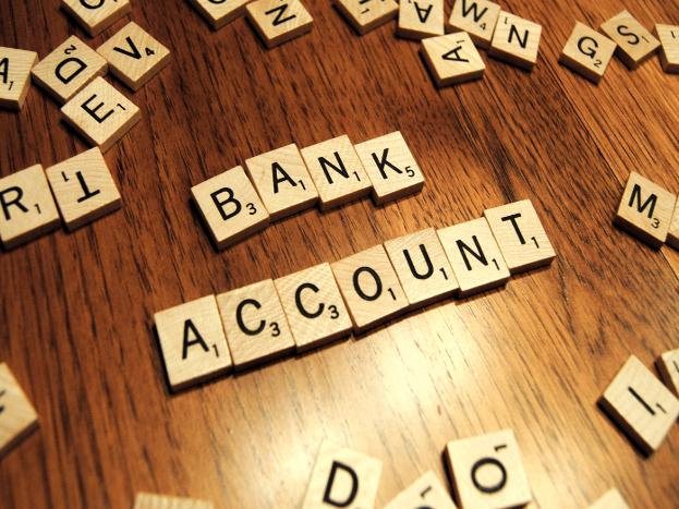 सूचना के अधिकार (आरटीआई) से खुलासा हुआ है कि एसबीआई ने न्यूनतम जमा राशि नहीं रखे जाने पर बैंक ने करीब 41.16 लाख खाते बंद कर दिए हैं. ग्राहकों से जुर्माना वसूली के प्रावधान के कारण मौजूदा वित्तीय वर्ष के शुरुआती 10 महीनों (अप्रैल-जनवरी) के दौरान देश के सबसे बड़े बैंक ने इन खातों को बंद किया है. अगली स्लाइड में जानिए अब क्या करें