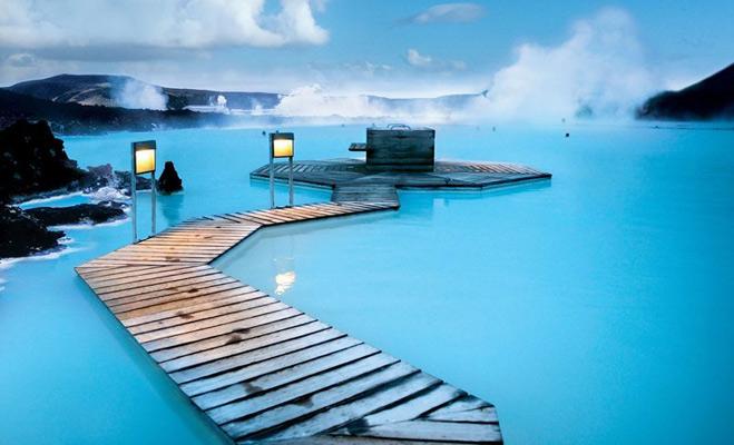 ब्लू लैगून आइलैंड<br />आइसलैंड में ब्लू लैगून के नाम से मशूहर नीले पानी की खूबसूरती देखने वाली होती है. इस झील का पानी जमीन के नीचे से आने के कारण 37 से 39 डिग्री तक गर्म होता है जिसकी वजह गर्म लावा है.