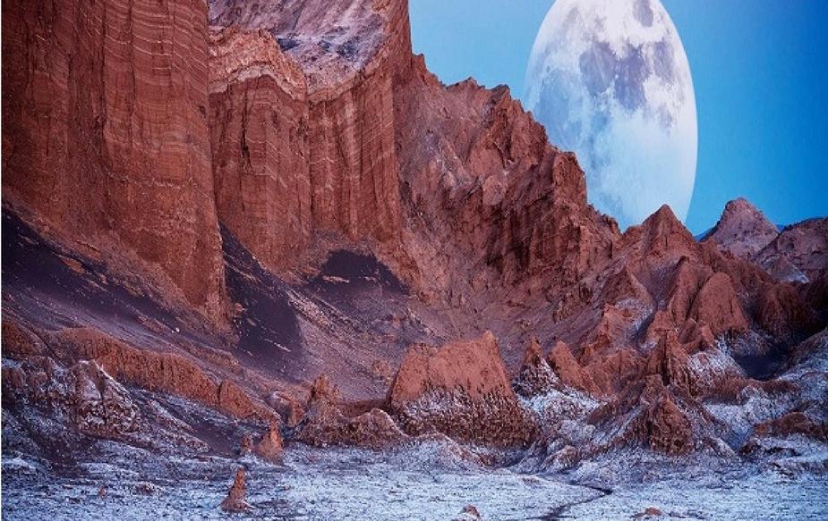 वेले दे ला लूना<br />चीन में स्थित इस जगह को चंद्रमा घाटी के नाम से जाना जाता है. यहां पर आपको महसूस होगा कि आप चंद्रमा पर खड़े हो. यहां पर एक सूखी हुई झील भी है, जो हर किसी को आकर्षित करती है.