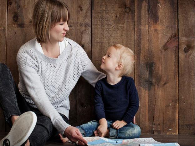 बच्चे के लिए एक अच्छा चाइल्ड केयर ढूंढ़ें. अपने ऑफिस के पास ही कोई अच्छा डे-केयर देखें जिससे आप ऑफिस के बीच में समय मिलने पर अपने बच्चे से मिलने जा सकें.