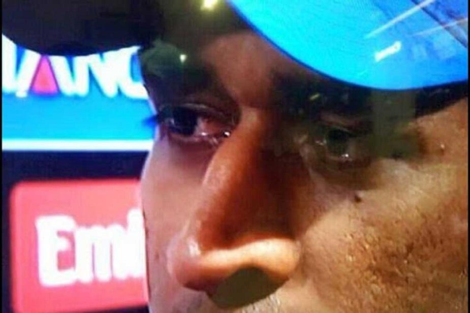 भारतीय टीम के पूर्व कप्तान महेंद्र सिंह धोनी जब वर्ष 2015 में वर्ल्ड कप खेलने उतरे तो उन्हें उम्मीद थी कि टीम चार साल पहले जीते गए वर्ल्ड कप को फिर बरकरार रखेगी लेकिन सेमीफाइनल में जब टीम आस्ट्रेलिया से बुरी तरह हारी तो कप्तान धोनी की आंखों से आंसू निकल पड़े. ये आंसू निराशा के भी थे और एक बड़ी पराजय के भी..साथ ही एक उम्मीद टूट जाने के भी..