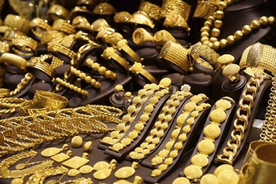 सबसे पहले तो सोने का हॉलर्माक देखें. हॉलमार्क में सोने की शुद्धता से जुड़ी पूरी जानकारी होती है.