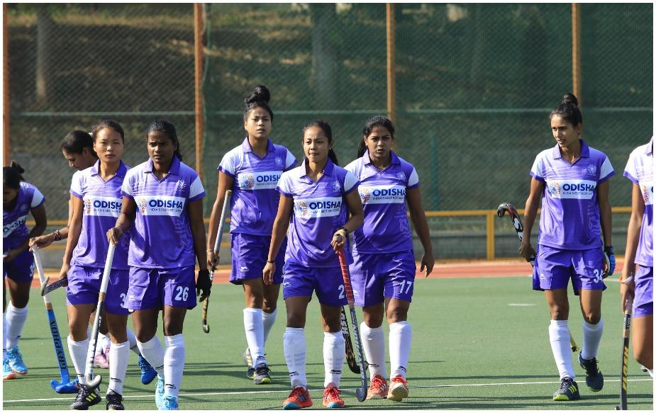 हाल ही में भारतीय टीम ने रानी रामपाल के नेतृत्व में दक्षिण कोरिया दौरे पर खेली गई पांच मैचों की सीरीज़ 3-1 से जीती थी. जबकि सविता को कोरिया दौरे के लिए आराम दिया गया था. कॉमनवेल्थ गेम्स में उनके साथ राजानी एतिमार्पु गोलकीपर की जिम्मेदारी साझा करेंगी.