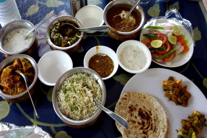 खान-पान संस्कृति का सबसे अहम हिस्सा होता है. अपनी संस्कृति के लिए मशहूर भारत में दुनिया के तमाम रंगो के साथ बेशुमार खानों के स्वाद भी शामिल हैं. आगे की स्लाइड्स में जानिए उन इंडियन फूड्स के बारे में, जिनका स्वाद दुनिया का हर शख़्स लेना चाहता है.