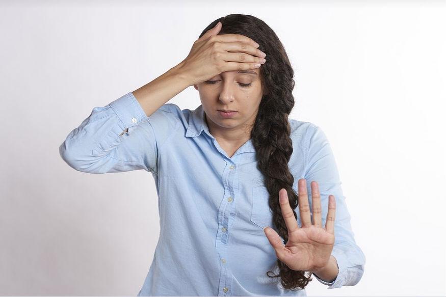 इसके अलावा इस बीमारी में हमारी आंखें सामान्य से ज्यादा छोटी दिखाई देती हैं. पलकों में दर्द रहने के कारण हमारे सिर में भी दर्द होता है.