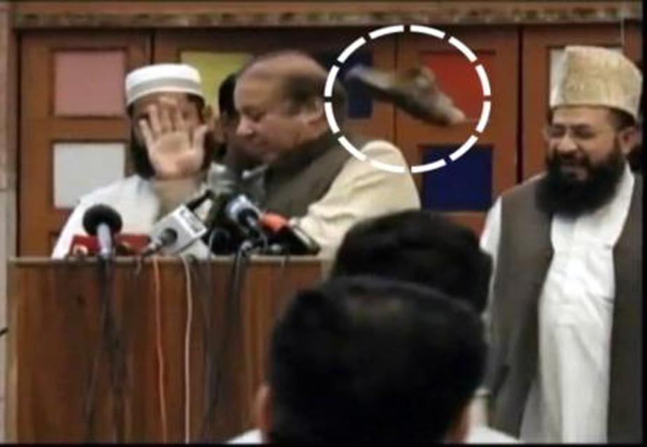 पाकिस्तान के पूर्व प्रधानमंत्री नवाज़ शरीफ पर रविवार को लाहौर के एक मदरसे में एक छात्र ने जूता उछाल दिया. घटना के बाद दो छात्रों को गिरफ्तार किया गया. आरोप है कि शरीफ की पार्टी पाकिस्तान मुस्लिम लीग-नवाज ने संविधान में पैगंबर मोहम्मद से जुड़ी तारीख को बदलने की कोशिश की.