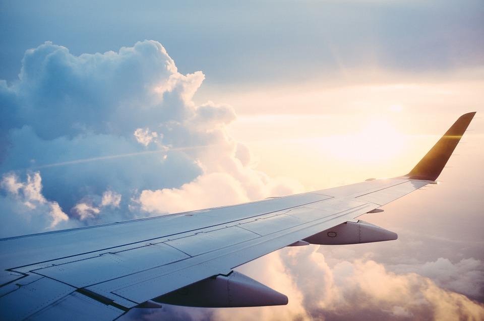 एयरपोर्ट पर सभी एयरलाइंस के काउंटर बने होते है. जिस एयरलाइन से आपकी बुकिंग है, उसी काउंटर पर जाकर टिकट दिखाएं. स्टाफ मेंबर आईडी चेक करने के बाद आपको बोर्डिंग पास देंगे यानि आप प्लेन में बैठने के लिए तैयार है. चाहे तो आप विंडो सीट की डिमांड कर सकते है.