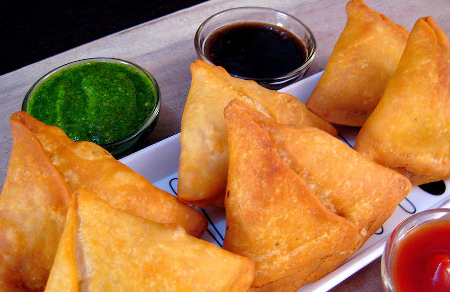 <strong>समोसा-</strong> समोसे को भारतीय स्नैक्स के तौर पर, चाय-नाश्ता के साथ लेते हैं. समोसे में भरे जानी वाली चीज़ों में आलू कॉमन रहता है. समोसा, भारत में दिल्ली सल्तनत के दौरान बनाया गया था. भारतीय समोसा ज़्यादातर वेज होता है, जिसे हरी मिर्च की चटनी के साथ सर्व किया जाता है.