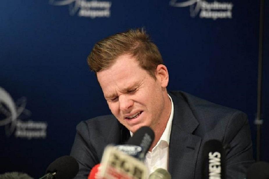 आस्ट्रेलिया के पूर्व क्रिकेट कप्तान स्टीव स्मिथ बॉल टेंपरिंग पर एक साल के बैन का दंड मिलने के बाद प्रेस कांफ्रेंस में फूट-फूटकर रो पड़े. उन्होंने प्रेस कांफ्रेंस में कहा-ये उन्होंने बड़ी गलती की है. उन्हें बॉल टेंपरिंग की अनुमति नहीं देनी चाहिए थी. स्मिथ दुनिया के बेहतरीन बल्लेबाजों में हैं लेकिन इस स्कैंडल ने उनके करियर पर एक बड़ा दाग लगाया है. इसने उनके डोनाल्ड ब्रेडमन से आगे निकलने की तमन्नाओं को भी चकनाचूर कर दिया है. स्मिथ ने 64 टेस्टों में 61.37 की औसत से कुल 6199 रन बनाए और टेस्ट क्रिकेट में 23 शतक लगाए. वन-डे में उनके आठ शतक हैं.