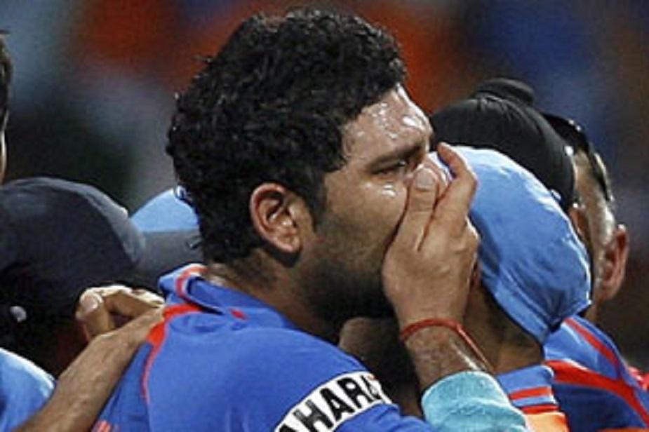 ये खुशी के आंसू हैं..वर्ष 2011 में टीम इंडिया ने जब मुंबई के वानखेडे स्टेडियम में फाइनल में श्रीलंका को हराया तो पूरा स्टेडियम खुशी से चहक उठा. लेकिन भारतीय टीम के ज्यादातर इस मौके पर इतने भावुक हो गए कि उनकी आंखों में आंसू आ गए. फाइनल में मैन आफ द मैच और मैन ऑफ द टूर्नामेंट युवराज सिंह भी इन लम्हों में खुशी के आंसुओं को गाल पर लुढ़कने से नहीं रोक पाए.