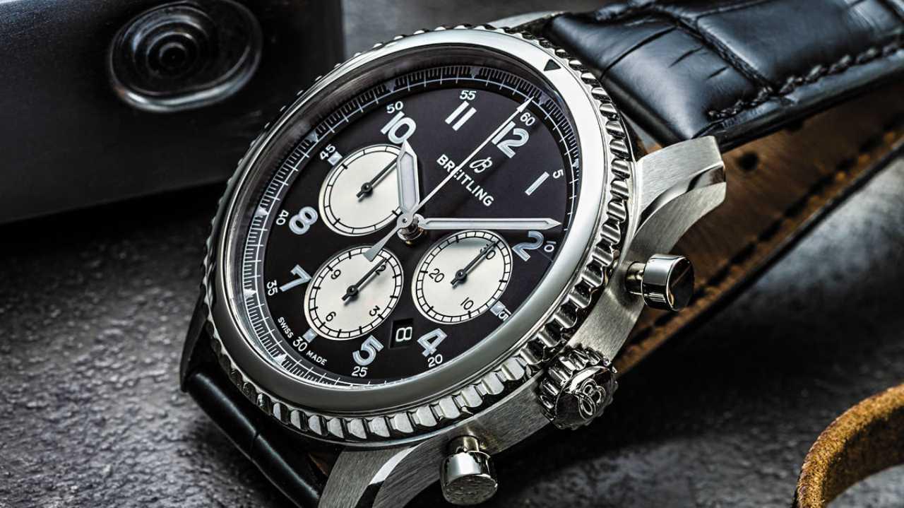 ब्रीटलिंग नेविटिमेर 8 Bo1: कीमत- 5,00,500 रुपए- यह घड़ी 1930 की मशहूर कॉकपिट घड़ियों से बहुत प्रेरित नजर आती है. ब्रीटलिंग घड़ियों की इस नई रेंज में एक बड़ा डायल है और 43 मिमी का स्टील केस है. साथ ही इसमें काले रंग का चमड़े का पट्टा लगा है. (इमेज-एथोसवाच)
