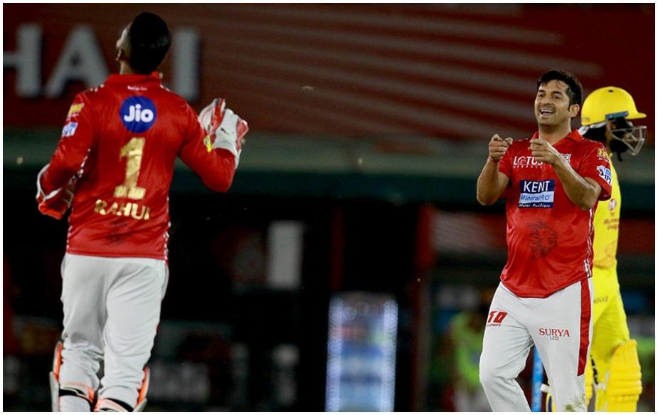 <br />पंजाब ने चेन्नई को मोहाली में खेले गए मुकाबले में रोमांचक अंदाज में चार रन से हराया और यह संभव हुआ मोहित शर्मा की सूझबूझ से. चेन्नई को 18 बॉल पर 55 रन बनाने थे और इसमें से दो ओवर डाले मोहित ने. उन्होंने अपने तीसरे और पारी के 18वें ओवर में 19 रन खर्च किए. जबकि एंड्रयू ट्राए ने 19वां ओवर डाला, जिसमें एक बार फिर धोनी के बल्ले का कहर जारी रहा और इस ओवर में भी 19 रन बनने.