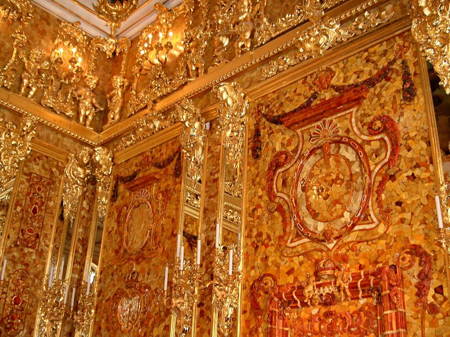 रूस के जार एंबर रूम: रूस के जार ने तोहफे में एंबर रूम दिया था, जो पूरी तरह सोने का बना हुआ था. जिसकी पच्चीकारी तो लाजवाब थी, जिसके पैनल असाधारण तौर पर दर्शनीय थे, इसके साथ सोने, चांदी और हीरे के झूमर लटके हुए थे. ये ग्यारह फुट का हाल लकड़ी सोने की चादर और महंगे कांच से बनाया गया था, जिसमें महंगे रत्न जड़े हुए थे. इसे प्रुसिया के राजा फैड्रिक प्रथम ने बनवाया था लेकिन उन्होंने इसे रूस के जार पीटर को 1716 में तोहफे में दे दिया. आज अगर ये अंबर रूम होता तो इसकी कीमत खरबों में होती. जब एडोल्फ की नाजी सेना ने रूस पर हमला किया तो अंबर रूम के केयरटेकर नर्वस हो गये. नाजियों ने इस पर कब्जा कर लिया और इसे कोनिसबर्ग के किले में रखा, लेकिन वहां से एेसा गायब हुआ कि कभी नहीं दिखा. बाद में ऐसा ही अंबर रूम रूस के कैथरीन पैलेस में फिर से बनाने की कोशिश जरूर की गई.