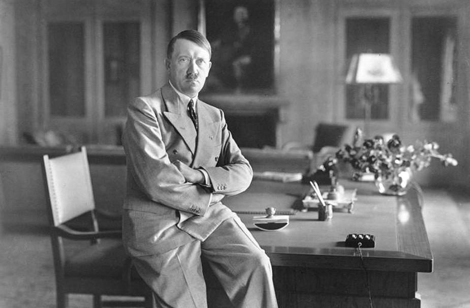 हिटलर ने आस्ट्रिया में छिपाए अकूत आभूषण: हिटलर के नाजी शासन के नाजी खजाने के बारे में बहुत सी कहानियां प्रचलित हैं. वैसे ये बात सही है कि 1946 में अमेरिकी गुप्तचरों को ऐसे दस्तावेज मिले थे,जिसमें आस्ट्रिया में कहीं छिपाये गये खजाने का जिक्र किया गया था. इसमें खरबों के सोने और करोड़ों के हीरों का जिक्र था, इसके साथ साथ प्रचुर मात्रा में डालर और स्विस फ्रांक भी थे. इस खजाने का आकलन तीन खरब 70 अरब डालर के खजाने के रूप में हुआ. माना जाता है कि इसे आस्ट्रिया आलप्स पहाडिय़ों के बीच कहीं किसी गुफा में छिपाया गया था. 1955 के आसपास ब्रिटेन, अमेरिका ने मिलकर इस खजाने की सघन खोज की,लेकिन ये नहीं मिल सका.