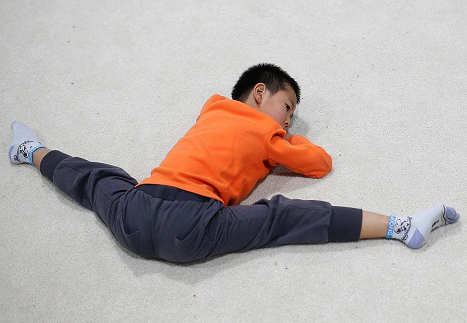 ट्रेनिंग के दौरान बच्चों के मसल्स को फ्री करने के लिए उन्हें कई तरह की दर्दनाक एक्सरसाइज कराई जाती है.(image credit: AP)