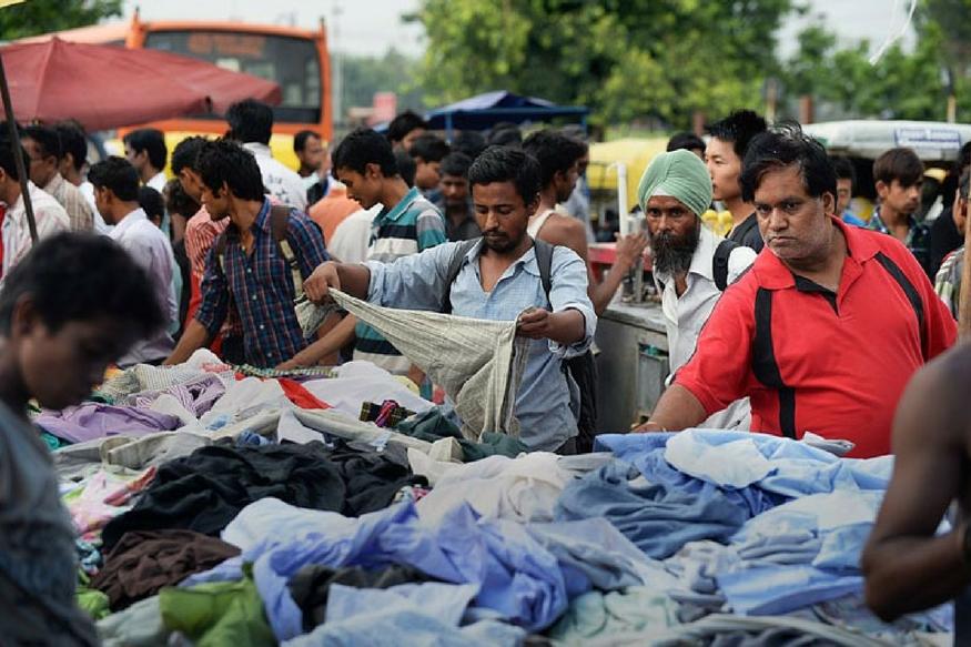 लड़का हो या लड़की शॉपिंग में तो सभी की दिलचस्पी होती और बात अगर बजट शॉपिंग की हो तो फिर कहने ही क्या. अगर आप दिल्ली में कम दाम वाली शॉपिंग करना चाहते हैं तो हम आपको बता रहे हैं ऐसे मार्केट के बारे में जो पूरे देश में मशहूर है. दिल्ली का चोर बाजार (संडे मार्केट). जी हां ये ऐसा बाजार है जहां आपको कपड़े-जूतो से लेकर गैजेट्स और रोजमर्रा की जरूरत का लगभग हर सामान मिल जाएगा. आइए जानते हैं इस हटकर मार्केट की कुछ बातें.