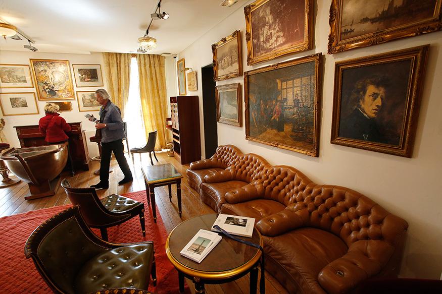 पेरिस का प्रतिष्ठित रिट्ज़ होटल जल्द ही अपने कुछ बेशकीमती सामानों की नीलामी करने जा रहा है. इस तस्वीर में आप देख सकते हैं कि नीलामी से पहले लोग होटल के बार में रखे खूबसूरत फर्नीचरों को देख रहे हैं.(image credit: AP)