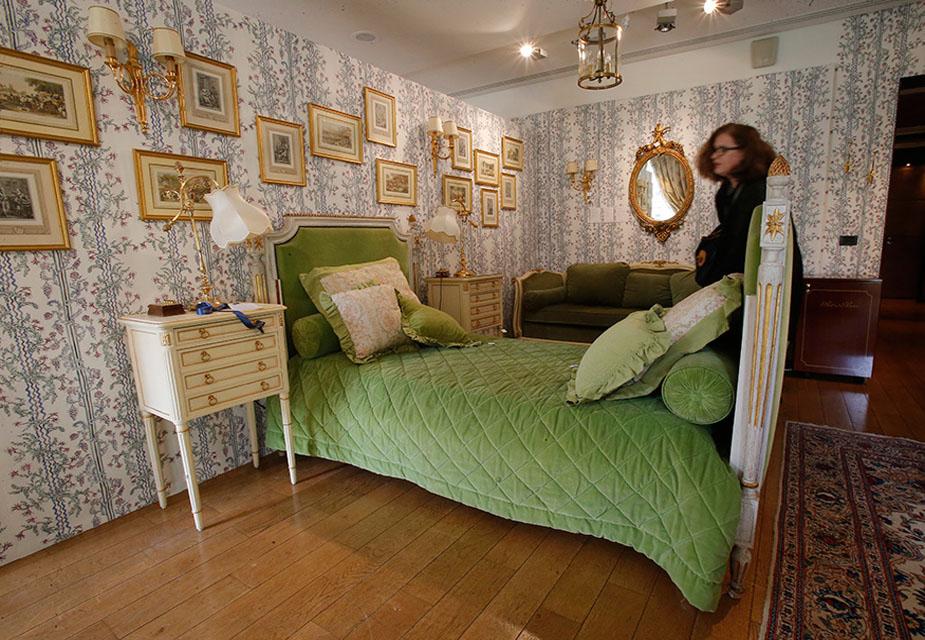 रिट्ज़ होटल के कमरे 'एन अमेरिकन इन पेरिस' में रखे इन फर्नीचरों को नीलामी से पहले प्रदर्शनी के लिए रखा गया है. (image credit: AP)