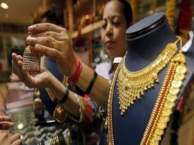 मुथूट फाइनेंस: तनिष्क के अलावा मुथूट फाइनेंस भी आपको ईएमआई पर सोना खरीदने का विकल्प देता है. आप ईएमआई पर ज्वैलरी समेत अन्य चीजें खरीद सकते हैं. मुथूट फाइनेंस 'स्वर्णवर्षम' स्कीम के तहत आपको ये मौका देता है.