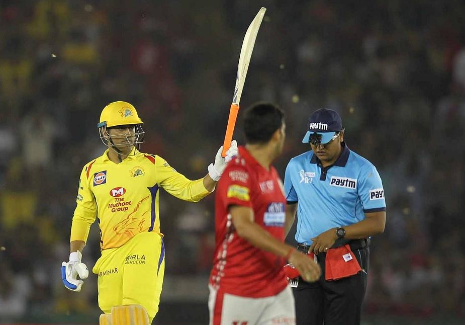 विरोधी टीम के कप्तान अश्विन, कोच सहवाग सहित हजारों दर्शकों ने धोनी का इस यादगार पारी के लिए अभिवादन किया.
