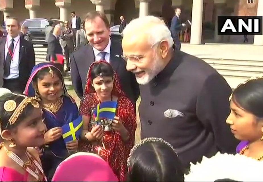 स्वीडन की राजधानी स्टॉकहोम में नरेंद्र मोदी स्वीडन के प्रधानमंत्री स्टीफन लॉवेन के साथ भारतीय मूल के बच्चों के साथ मिले.(image credit: ANI)