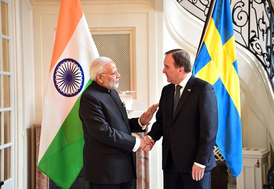 नरेंद्र मोदी स्वीडन के प्रधानमंत्री स्टीफन लॉवेन से मिले. साझा बयान के दौरान मोदी ने कहा, 'स्वीडन मेक इन इंडिया कार्यक्रम में हमारा मजबूत साझेदार है. मुंबई में 2016 में हुई समिट में स्वीडिश प्रधानमंत्री ने बड़े दल का नेतृत्व किया था.' स्टीफन लॉवेन ने कहा, 'विकास, खुशहाली और नवाचार को लेकर भारत सरकार के फोकस की हम तारीफ करते है.'(image credit: AP)