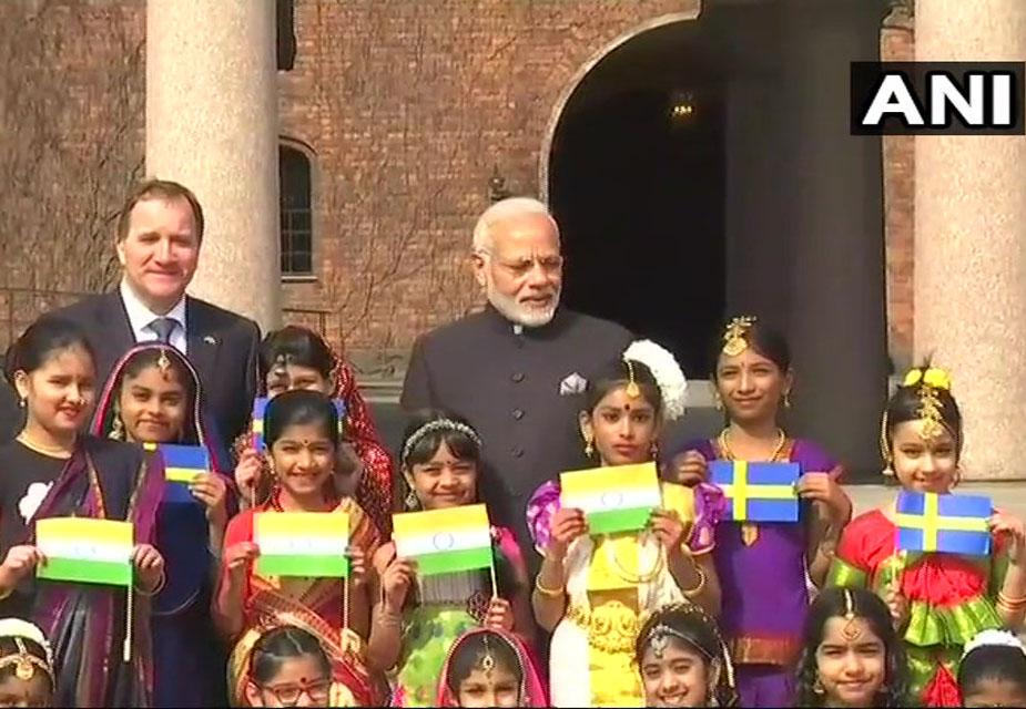 भारत और स्वीडन का झंडा हाथ में लिए बच्चों ने नरेंद्र मोदी स्वीडन के प्रधानमंत्री स्टीफन लॉवेन के साथ फोटो खिंचवाए.(image credit: ANI)