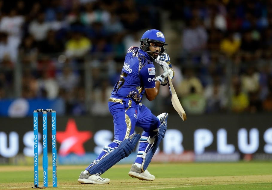 रोहित शर्मा ने वाशिंगटन सुंदर की गेंद पर 175वां छक्का जमाते हुए रिकॉर्ड बुक में अपना नाम दर्ज करा लिया. इस मैच के पहले रोहित शर्मा और सुरेश रैना ने 174-174 छक्के जमाए थे.
