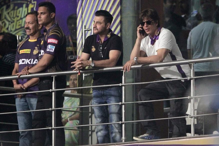 आईपीएल के पहले दो मैचों में करिश्माई बल्लेबाज करने वाले आंद्रे रसेल ने चेन्नई के खिलाफ 105 मीटर सिक्सर जमाया, जिसे शाहरुख खान भी देखते रह गए.
