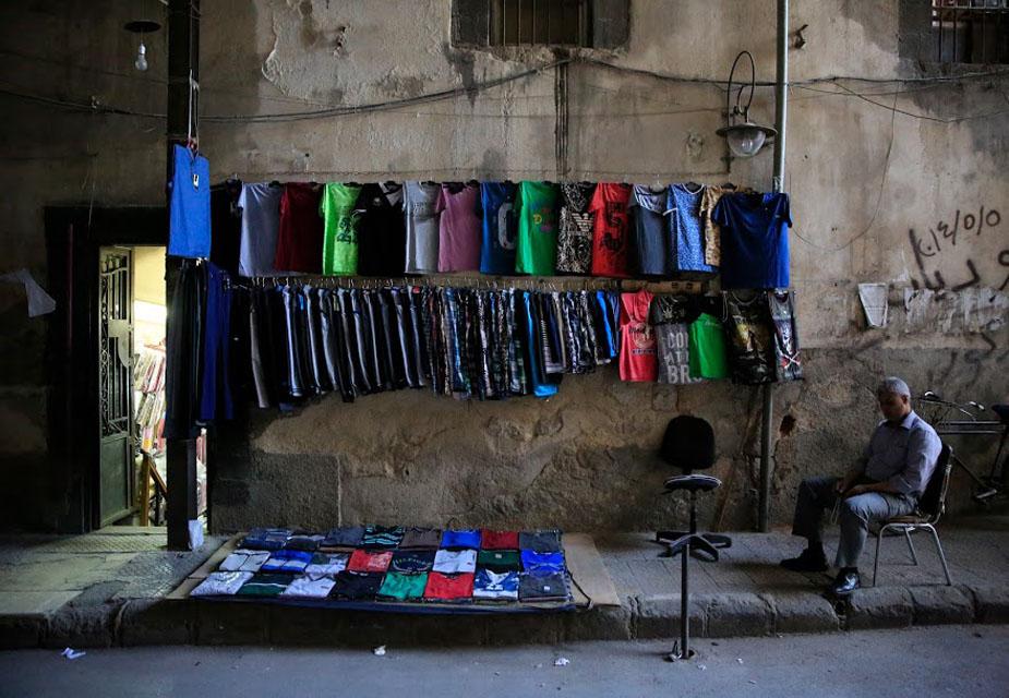 खाली पड़े दुकान की ये तस्वीर सीरिया की कहानी बयां करती है. दमिश्क शहर के हमिदिया मार्केट में ग्राहकों का इंतज़ार करते एक कपड़ों के दुकानदार की ये तस्वीर है. इस मार्केट का नाम तुर्क साम्राज्य के 34वें सुलतान अब्दुल हामिद-II के नाम पर रखा गया है.(image credit: AP)