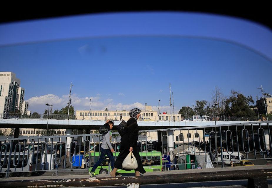 सीरिया के दमिश्क शहर में एक कार की खिड़की से खींची गई ये तस्वीर है. इसमें आप एक महिला को उनके बेटे के साथ एक ब्रिज पर से गुज़रते देख सकते हैं.(image credit: AP)