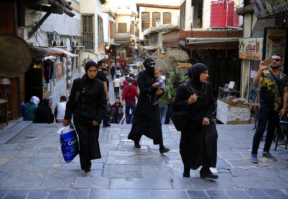 हमिदिया मार्केट में शॉपिंग करती महिलाओं की ये तस्वीर है.(image credit: AP)