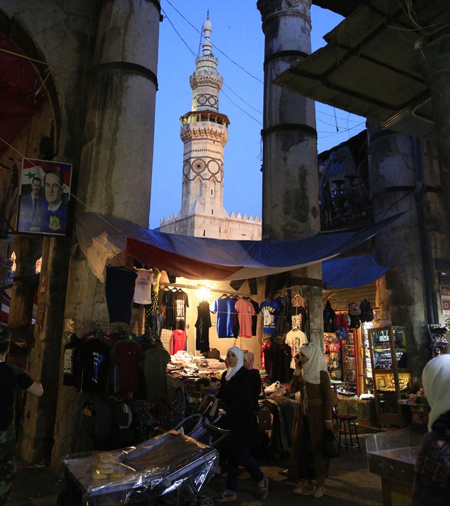 हमिदिया मार्केट में शॉपिंग करती महिलाओं की ये तस्वीर है. (image credit: AP)