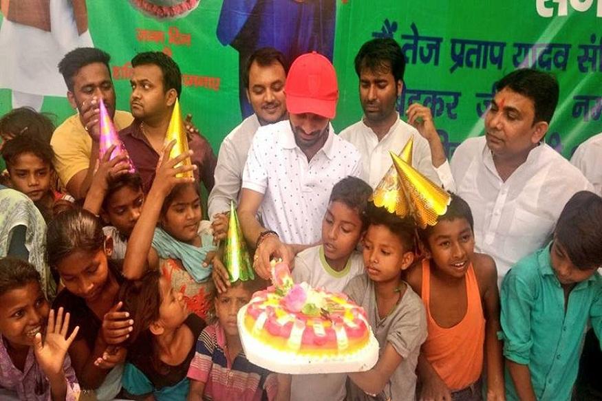 तेजप्रताप यादव ने सोमवार को यारपुर दलित बस्ती के बच्चों के साथ मिलकर केक कटा और अपना जन्मदिन मनाया. तेजप्रताप ने केक काटने के बाद अपने फेसबुक पेज पर पर लिखा, 'बच्चों में भगवान बसते हैं, इसलिए जन्मदिन पर भगवान से आशीर्वाद लेने पहुंच गया.'